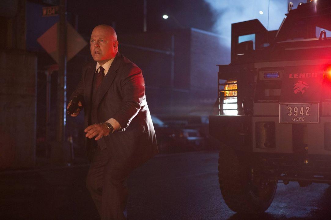 Die Alpha-Einheit um Nathaniel Barnes (Michael Chiklis) jagt einen Kleinkriminellen, um mehr über den Angriff auf ihren verstorbenen Kollegen heraus... - Bildquelle: Warner Brothers