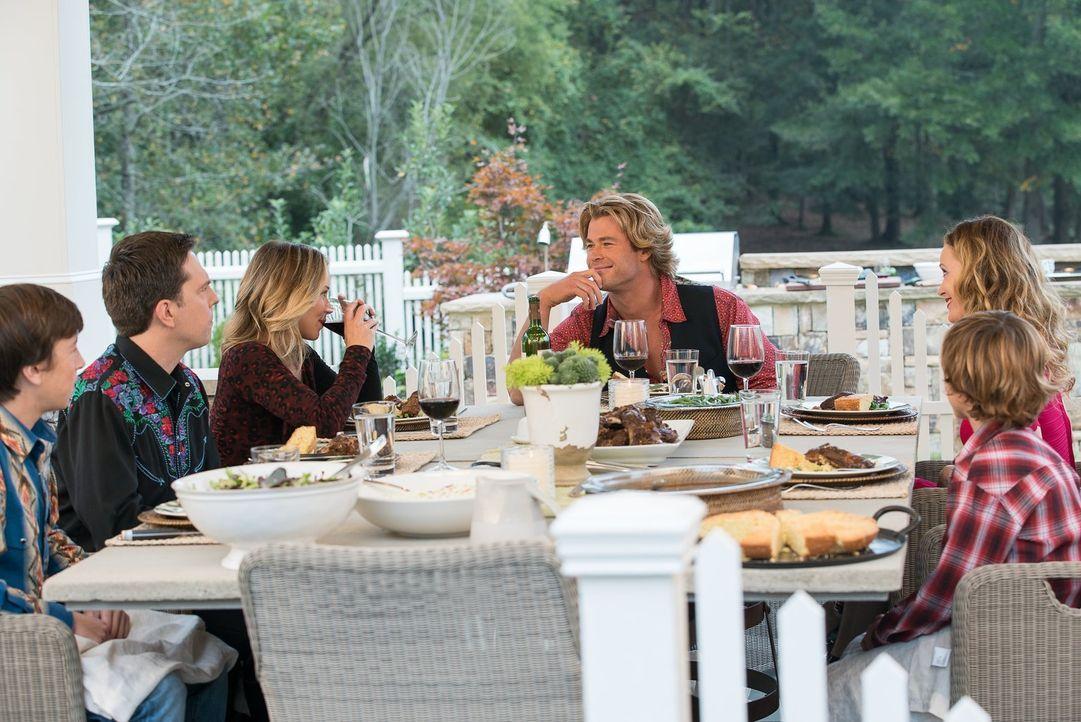 Selbst der Besuch bei Rustys Schwester Audrey (Leslie Mann, 2.v.r.) und ihrem Mann Stone (Chris Hemsworth) wird für James (Skyler Gisondo, l.), Rust... - Bildquelle: Warner Bros.