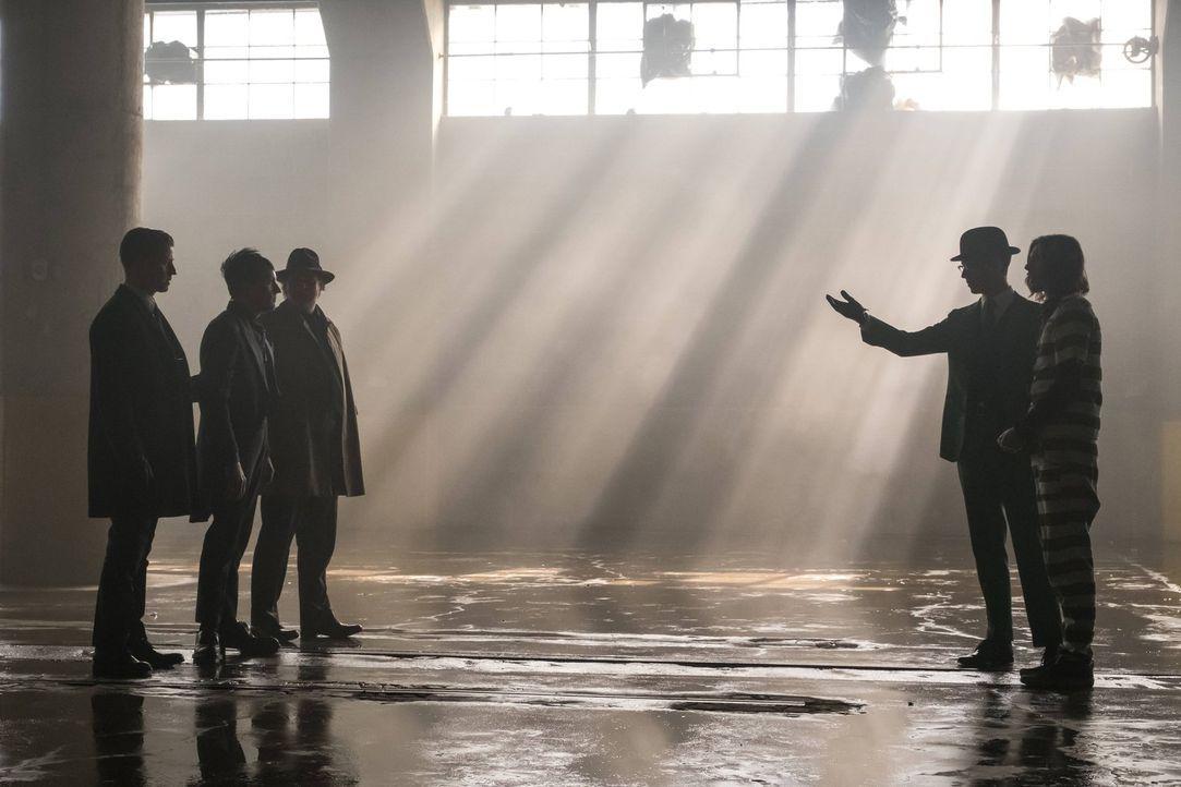 Um an Tetch (Benedict Samuel, r.) zu kommen, möchten Gordon (Ben McKenzie, l.) und Bullock (Donal Logue, M.) einen Deal mit Edward Nygma (Cory Micha... - Bildquelle: Warner Brothers
