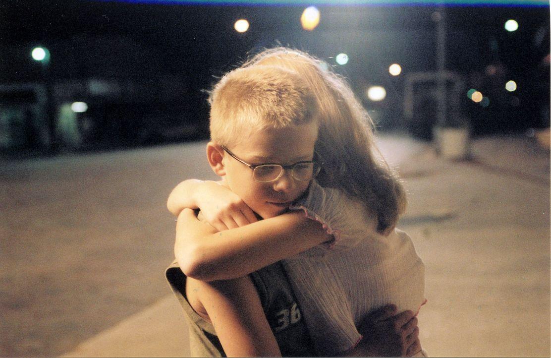 Scarlett (Amanda Anch, r.) ist gut mit Toby (Jonathan Lipnicki, l.) befreundet. Sie ahnt nicht, dass er unsterblich in sie verliebt ist ... - Bildquelle: Echo Bridge Entertainment LLC