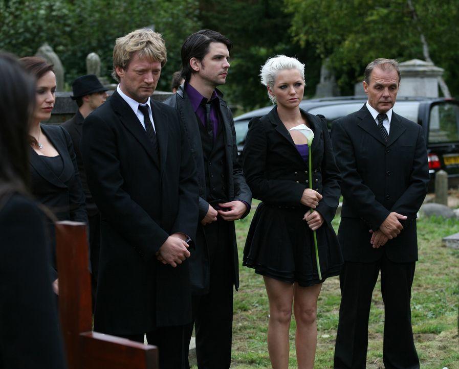 Einer der Gruppe wird von den grässlichen Wesen getötet. Cutter (Douglas Henshall, 4.v.r.), Abby (Hannah Spearritt, l.) und Connor (Andrew Lee Pot... - Bildquelle: ITV Plc