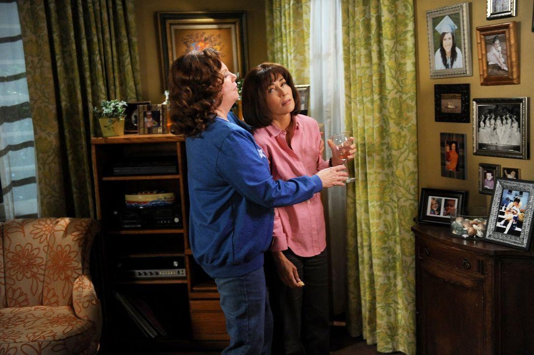 Als Frankie (Patricia Heaton, r.) von ihrer Familie an den Rand eines Nervenzusammenbruchs gebracht wird, entscheidet sie sich, Trost bei ihrer Mutt... - Bildquelle: Warner Brothers