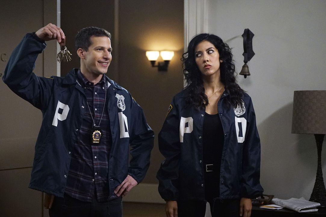 Jake Peralta (Andy Samberg, l.); Rosa Diaz (Stephanie Beatriz, r.) - Bildquelle: John P. Fleenor 2015 UNIVERSAL TELEVISION LLC. All rights reserved. / John P. Fleenor