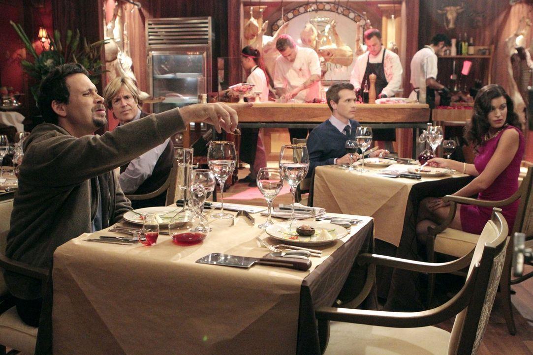 Da Dallas schlecht auf eine kosmetische Behandlung reagiert, muss George (Jeremy Sisto) ein achtzehngängiges Menü vom gefeierten Chefkoch Julio alle... - Bildquelle: Warner Brothers