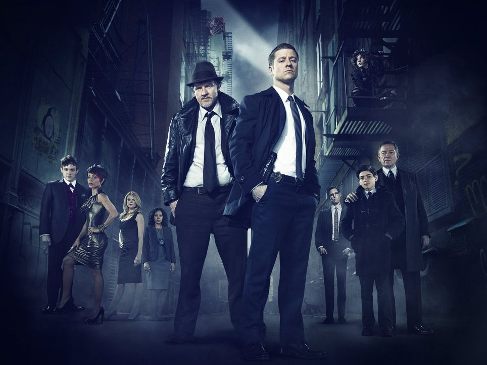 "(1. Staffel) - Gotham: Fish Mooney (Jada Pinkett Smith, 2.v.l.), Oswald ""Penguin"" Cobblepot (Robin Lord Taylor, l.), Selina ""Cat"" Kyle (Camren Bicon... - Bildquelle: Warner Bros. Entertainment, Inc."