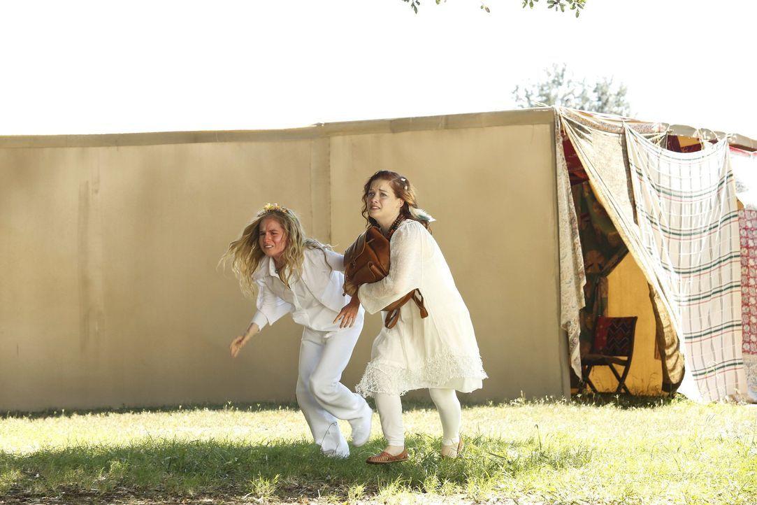 Eine Band, die im Park in Chatswin auftaucht, zieht Tessa (Jane Levy, r.) und Lisa (Allie Grant, l.) in ihren Bann ... - Bildquelle: Warner Bros. Television