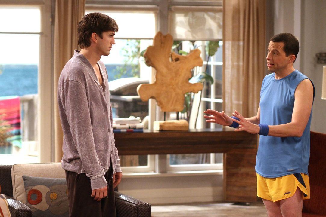 Eine harte Woche steht ihnen bevor: Alan (Jon Cryer, r.) und Walden (Ashton Kutcher, l.) ... - Bildquelle: Warner Brothers Entertainment Inc.