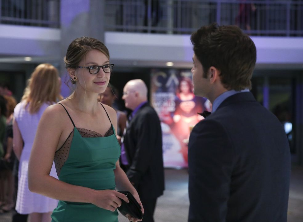 Winn (Jeremy Jordan, r.) ist bis über beide Ohren in Kara (Melissa Benoist, l.) verknallt, die wiederum aber ein Auge auf den charmanten Jimmy gewor... - Bildquelle: 2015 Warner Bros. Entertainment, Inc.