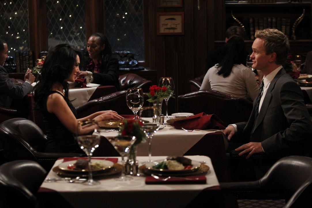 Barney (Neil Patrick Harris, r.) hat sich in Nora (Nazanin Boniadi, l.) verliebt und fürchtet nun, dass etwas mit ihm und seinem Herz nicht stimmen... - Bildquelle: 20th Century Fox International Television