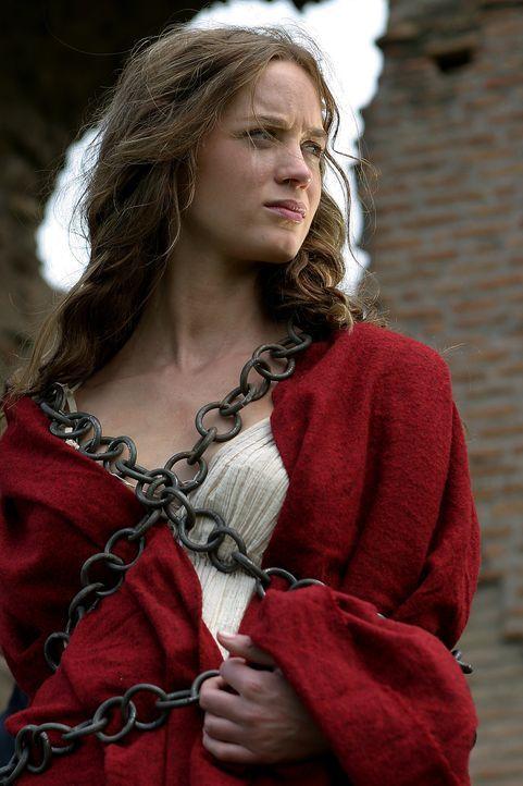 In der Hand eines hemmungslosen Machtbesessenen: Camene (Emily Blunt) ... - Bildquelle: Hallmark Entertainment
