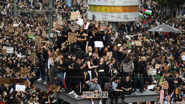 Auf dem Berliner Alexanderplatz demonstrierten insgesamt 15.000 Menschen gege...