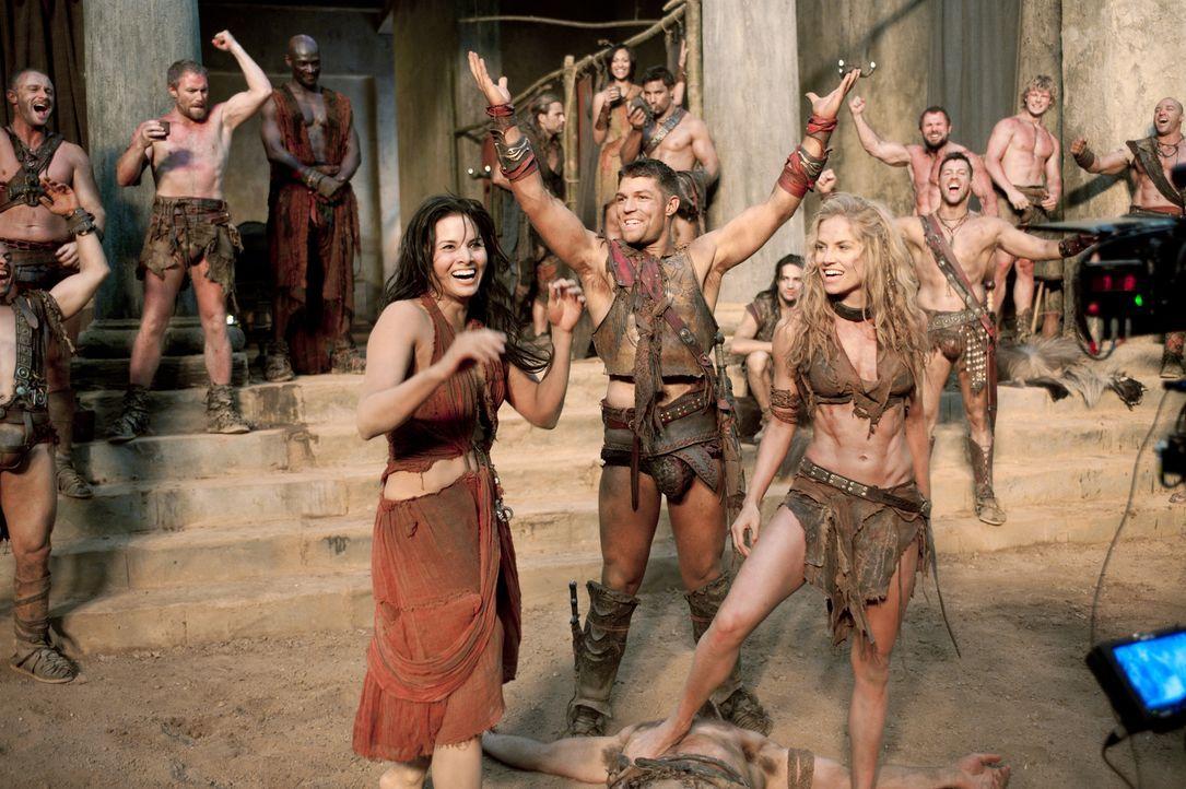 Mit einem klugen Schachzug gelingt es Spartacus (Liam McIntyre, M.), die verfeindeten Parteien im Lager zu vereinen. Sogar Mira (Katrina Law, l.) un... - Bildquelle: 2011 Starz Entertainment, LLC. All rights reserved.