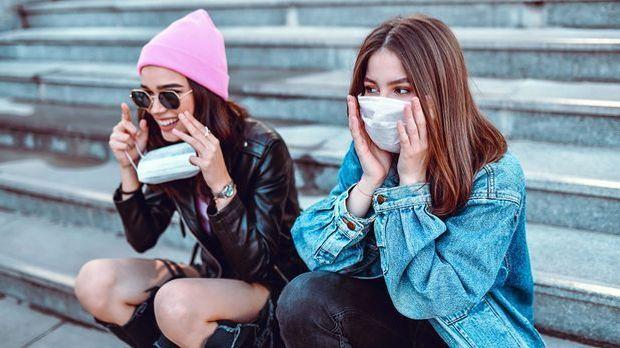 Die Gesichtsmaske ist seit der Pandemie ein ständiger Begleiter in unserem Al...