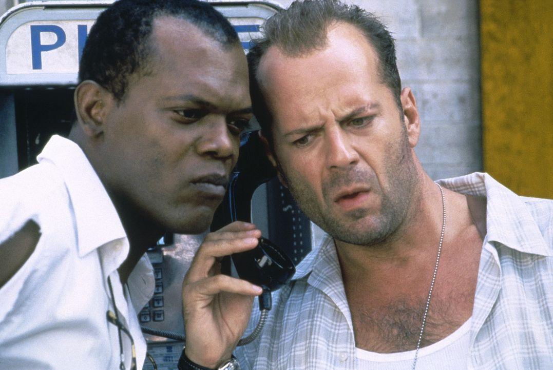 Zusammen mit seinem Gefährten Zeus (Samuel L. Jackson, l.) nimmt McClane (Bruce Willis, r.) die Jagd auf den Terroristen Simon auf. Doch dieser ist... - Bildquelle: 20th Century Fox