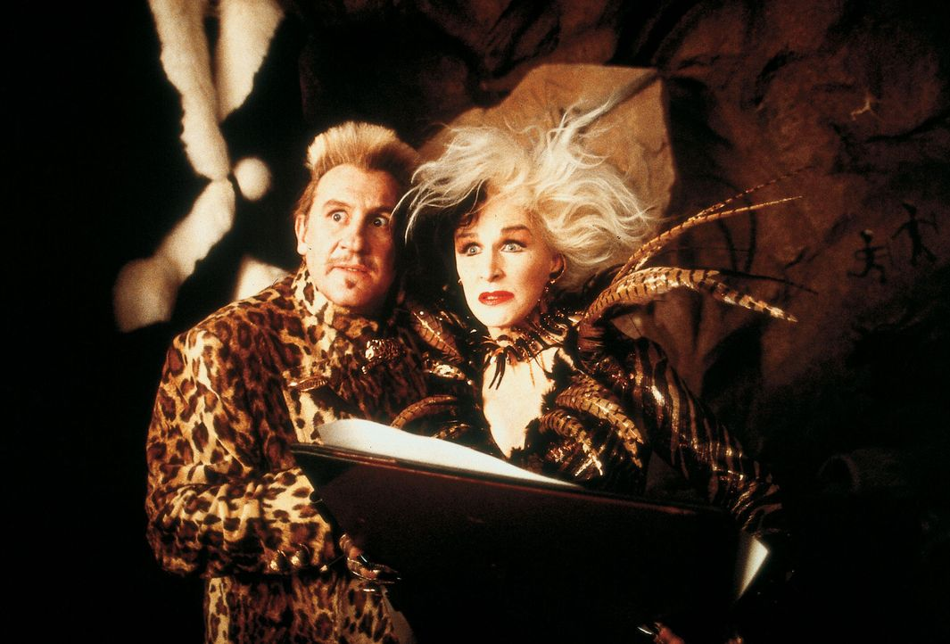 Zusammen mit dem französischen Pelz-Designer Jean-Pierre LePelt (Gérard Depardieu, l.) geht Cruella de Vil (Glenn Close, r.) doch wieder auf Pelzj... - Bildquelle: Walt Disney Pictures