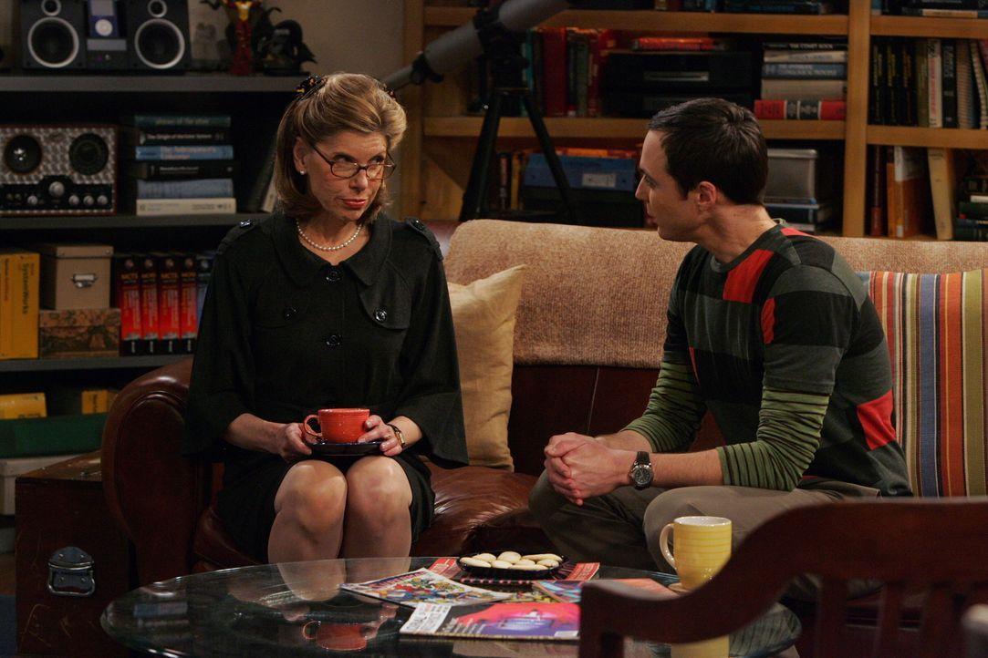 Leonard kann seiner Mutter Beverly (Christine Baranski, l.) nichts Recht machen, und ist deshalb wenig erfreut, als sie ihren Besuch ankündigt. She... - Bildquelle: Warner Bros. Television