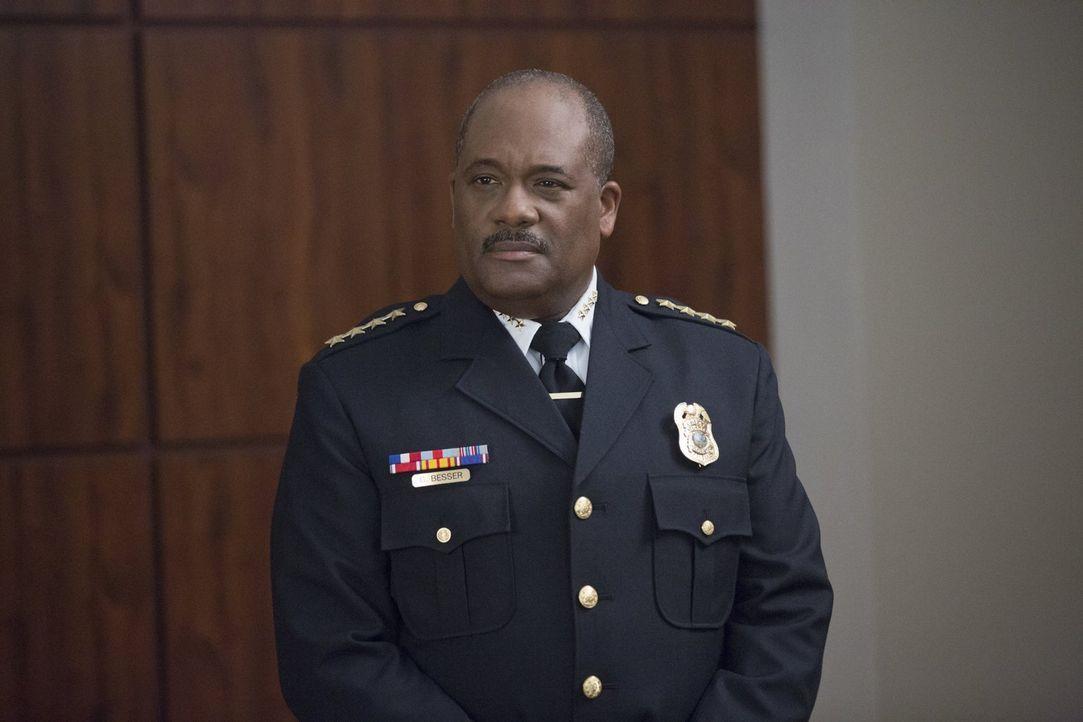 Würde Chief Besser (Gregory Alan Williams) wirklich alles tun, wenn es darum geht, den Befehlen zu gehorchen? - Bildquelle: Warner Brothers