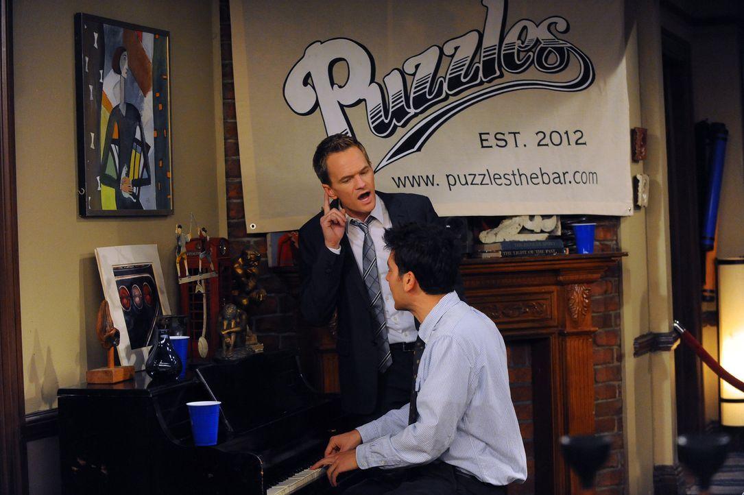 """Während Barney (Neil Patrick Harris, l.) und Ted (Josh Radnor, r.) eine Bar namens """"Puzzles"""" eröffnen, springt Robin für einen betrunkenen Nachri... - Bildquelle: 20th Century Fox International Television"""