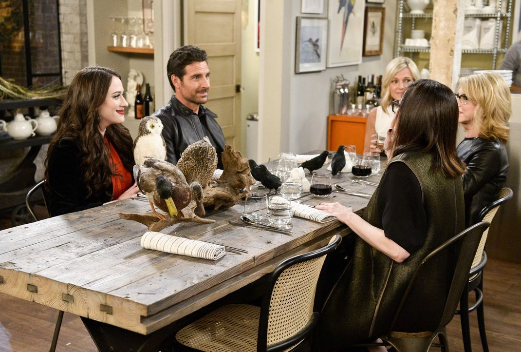 Die Anwältinnen Marissa (Tricia O'Kelley, 3.v.r.), Lei (Shulie Cowen, 2.v.r.) und Leila (Amy Farrington, r.) ziehen Randy (Ed Quinn, 2.v.l.) als pot... - Bildquelle: 2016 Warner Brothers