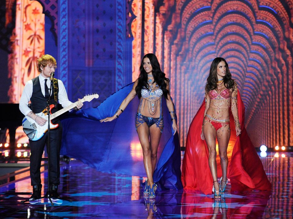 Ed-Sheeran-Adriana-Lima-Alessandra-Ambrosio-14-12-02-dpa - Bildquelle: dpa