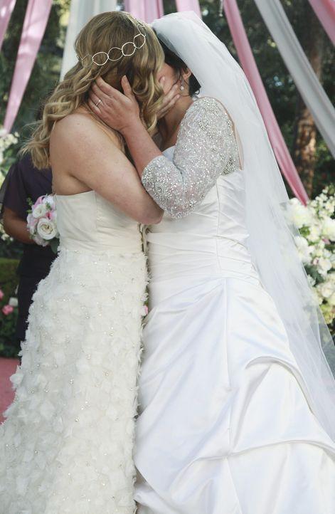 Am Tag der Hochzeit von Callie (Sara Ramirez, r.) und Arizona (Jessica Capshaw, l.) merken die beiden, dass das Ereignis nicht ganz so verläuft, wie... - Bildquelle: ABC Studios