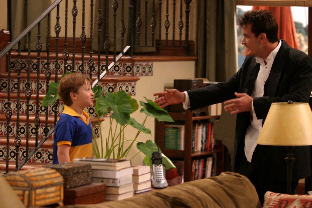 Charlie (Charlie Sheen, r.) begleitet seinen Bruder Alan und seinen Neffen Jake (Angus T. Jones, l.) zu einem Fußballturnier und lernt dort eine se... - Bildquelle: Warner Brothers Entertainment Inc.