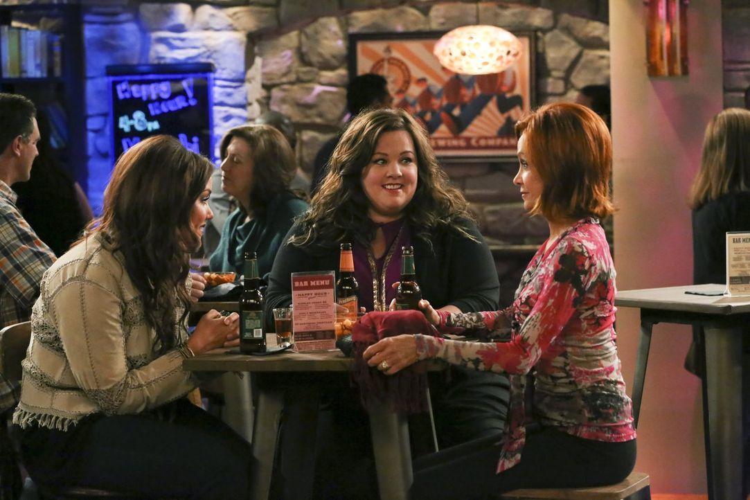 Molly (Melissa McCarthy, M.) beschließt, Schriftstellerin zu werden, und teilt das ihrer Mutter Joyce (Swoosie Kurtz, r.) und ihrer Schwester Victor... - Bildquelle: Warner Brothers