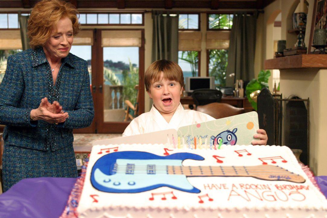 Jake (Angus T. Jones, r.) kann nicht glauben, was er von seiner Großmutter Evelyn (Holland Taylor , l.) bekommen hat ? - Bildquelle: Warner Bros. Television
