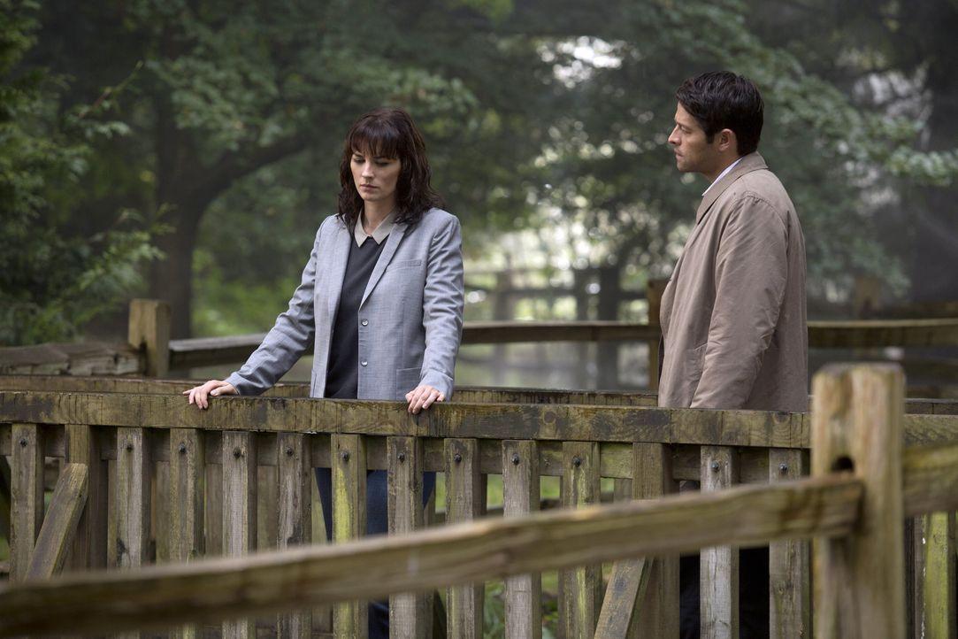 Noch ahnt Castiel (Misha Collins, r.) nicht, dass Hannah (Erica Carroll, l.) eine Entscheidung treffen wird, die auch ihn an dem, was er tut ,zweife... - Bildquelle: 2016 Warner Brothers
