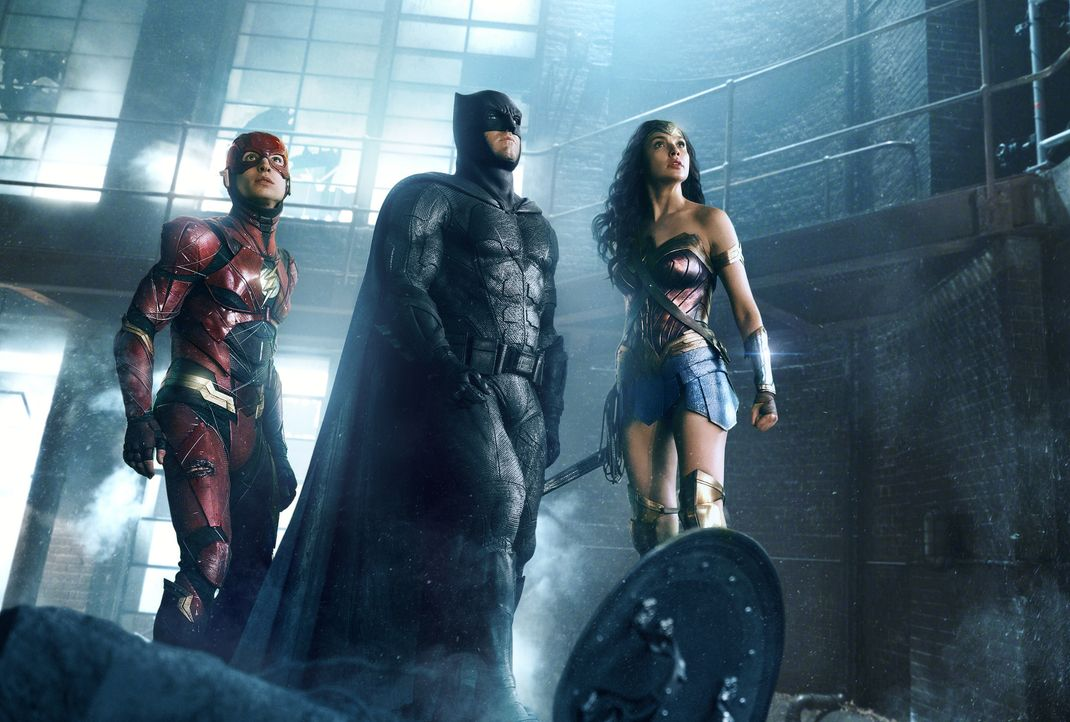 (v.l.n.r.) Barry Allen / The Flash (Ezra Miller); Bruce Wayne / Batman (Ben Affleck); Diana Prince / Wonder Woman (Gal Gadot) - Bildquelle: Warner Bros.