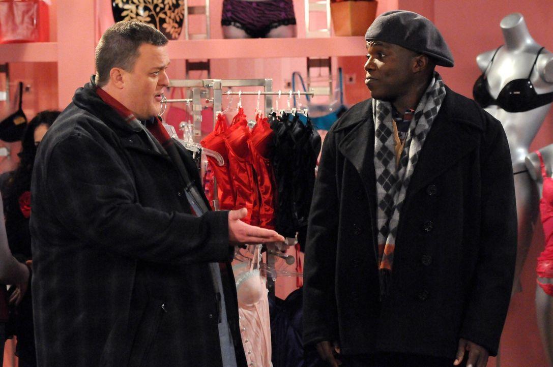 Gemeinsam mit Carl (Reno Wilson, r.) macht sich Mike (Billy Gardell, l.) auf den Weg, um für Molly ein Weihnachtsgeschenk zu besorgen. Doch werden... - Bildquelle: 2010 CBS Broadcasting Inc. All Rights Reserved.