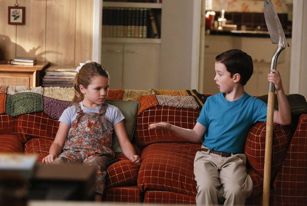 Mit seinem neugewonnenen Wissen darüber, wie man lügt, will Sheldon (Iain Armitage, r.) sogar seine Schwester Missy (Raegan Revord, l.) hinters Lich... - Bildquelle: Warner Bros.