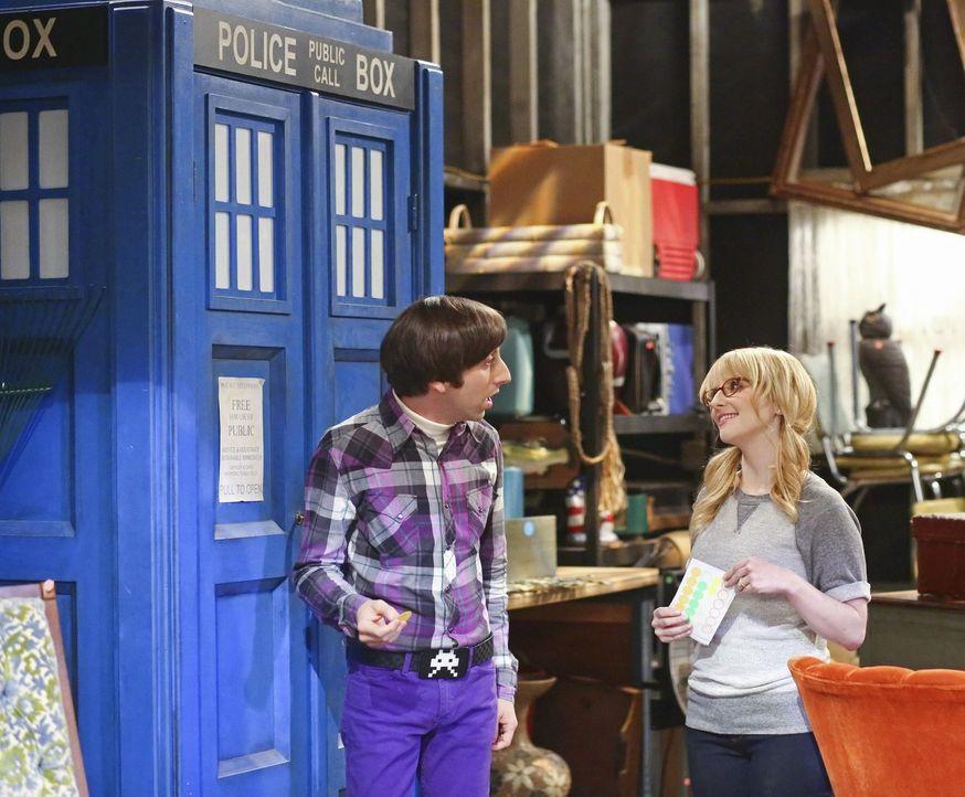 Howard (Simon Helberg, l.) und Bernadette (Melissa Rauch, r.) streiten sich darüber, welche Dinge Howard aus seiner Vergangenheit behalten darf. Plö... - Bildquelle: Warner Bros. Television