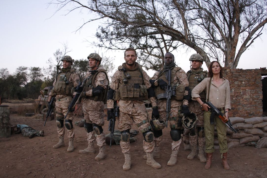 Während sich die Jungs vom Seal Team 8 (Tom Sizemore, l., Langley Kirkwood, 2.v.l., Lex Shrapnel, 3.v.l., Eugene Khumbanyiwa, 3.v.r., Tanya van Graa... - Bildquelle: 2014 Twentieth Century Fox Film Corporation.  All rights reserved.