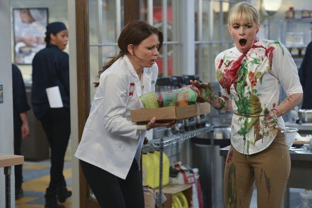 Caroline (Beth Behrs, r.) scheint vom Pech verfolgt zu sein, ebenso wie die verwirrte Sekretärin Bebe (Mary Lynn Rajskub, l.) ... - Bildquelle: Warner Bros. Television