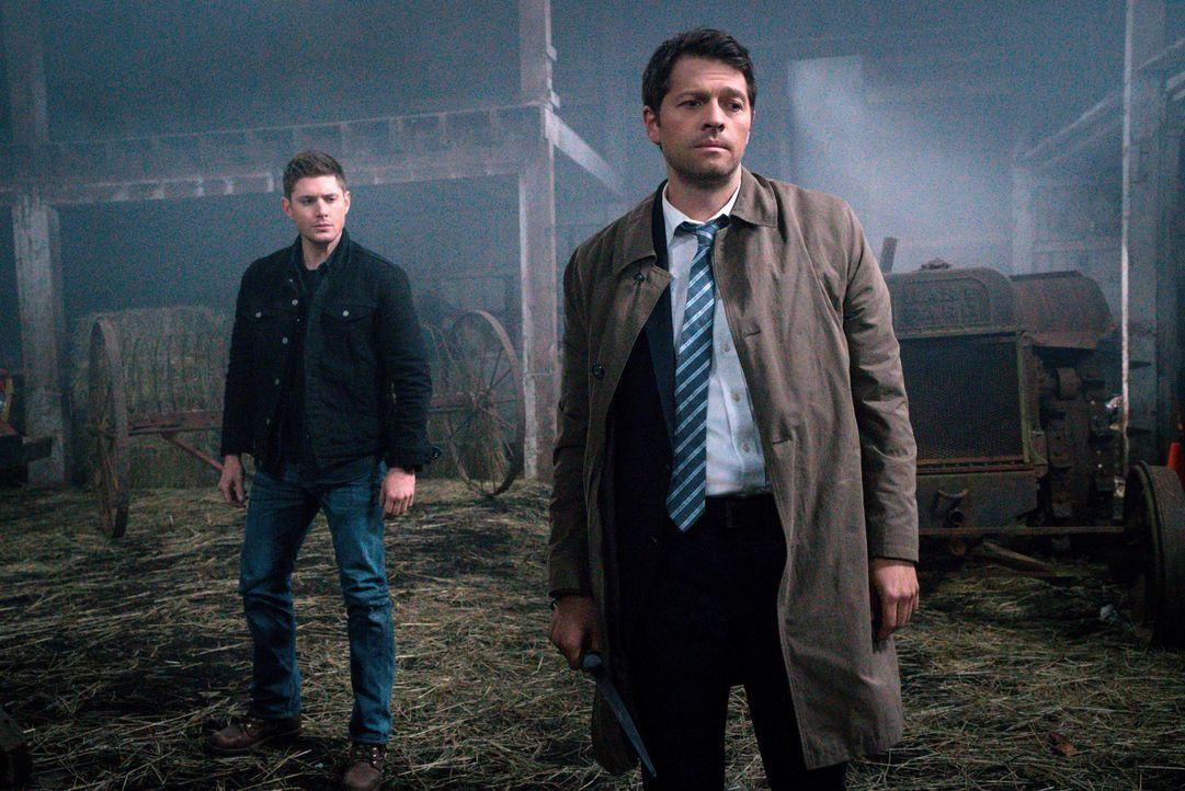 Während Dean (Jensen Ackles, l.) noch immer mit möglichen Auswirkungen des Mals zu kämpfen hat, plagen Castiel (Misha Collins, r.) Gewissensbisse, a... - Bildquelle: 2016 Warner Brothers