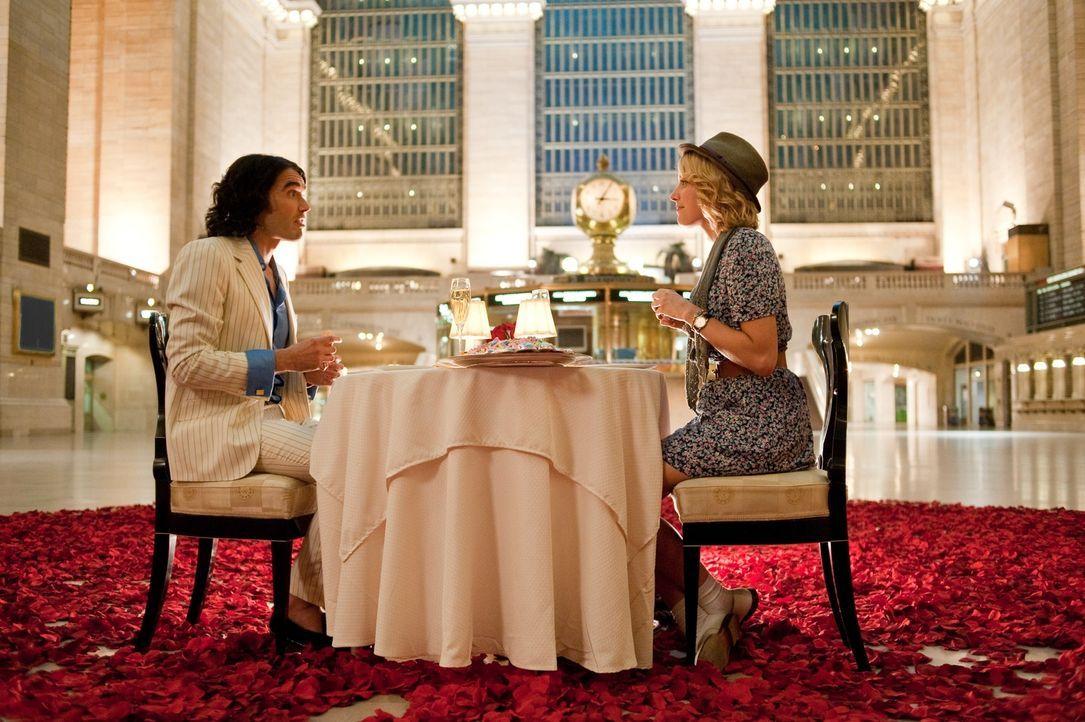 Arthur (Russell Brand, l.); Naomi (Greta Gerwig, r.) - Bildquelle: Warner Bros.