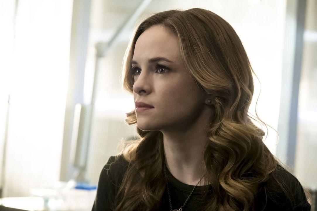 Caitlin (Danielle Panabaker) gerät in Gefahr, als ein ungebetener Gast bei Iris' Junggesellinnenabschied auftaucht. Unterdessen macht Joe bei Barrys... - Bildquelle: 2017 Warner Bros.