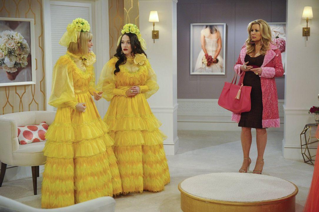 Sophie (Jennifer Coolidge, r.) geht mit Caroline (Beth Behrs, l.) und Max (Kat Dennings, M.) zur Anprobe der Brautjungfernkleider, doch die beiden s... - Bildquelle: Warner Bros. Television