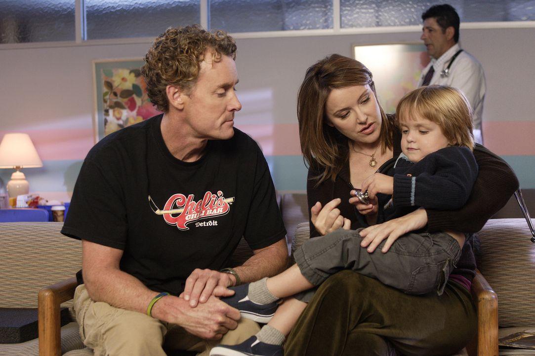Jordan (Christa Miller, M.) macht Dr. Cox (John C. McGinley, l.) Vorwürfe, da er ihrem Sohn Jack (Andrew Miller, r.) gegenüber zu offen und unverb... - Bildquelle: Touchstone Television