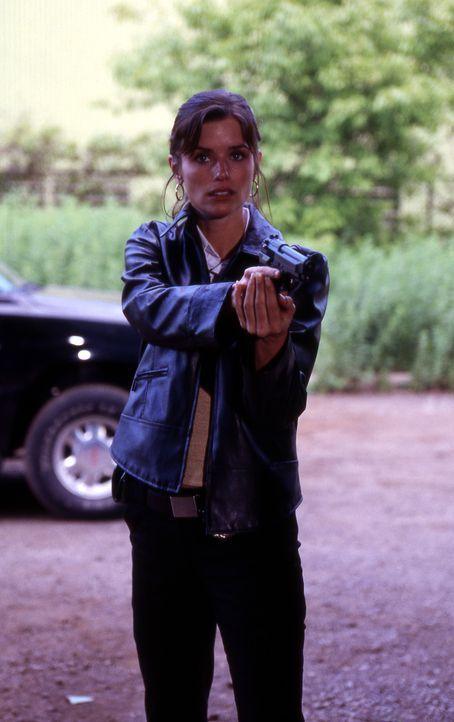 Billies (Polly Shannon) erster Arbeitstag bei der Direct Action Unit von Los Angeles beginnt schon gleich ziemlich fulminant ... - Bildquelle: Nu-Image Films