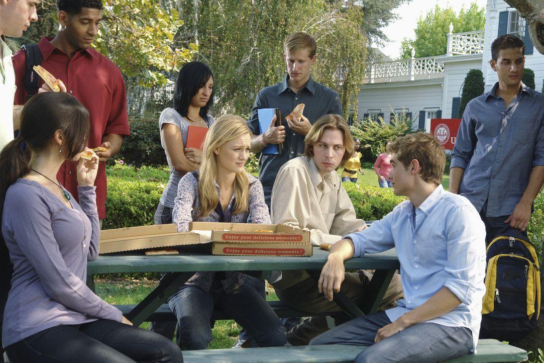 Die neuen Medizinstudenten unter anderem, Cole (Dave Franco, 2.v.r.) und Lucy (Kerry Bishe, M.), haben es nicht immer leicht .... - Bildquelle: Touchstone Television