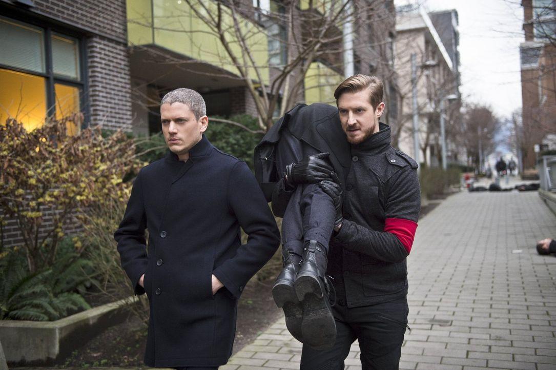 Wie weit werden Snart (Wentworth Miller, l.) und Rip (Arthur Darvill, r.) tatsächlich gehen, um Vandal Savage eines mächtigen Verbündeten zu beraube... - Bildquelle: 2015 Warner Bros.