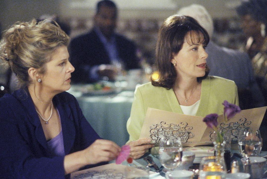 Lois (Jane Kaczmarek, r.) und Barbara (Alison LaPlaca, l.) verbringen einen außerordentlich gemütlichen Abend im Restaurant ... - Bildquelle: TM +   2000 Twentieth Century Fox Film Corporation. All Rights Reserved.