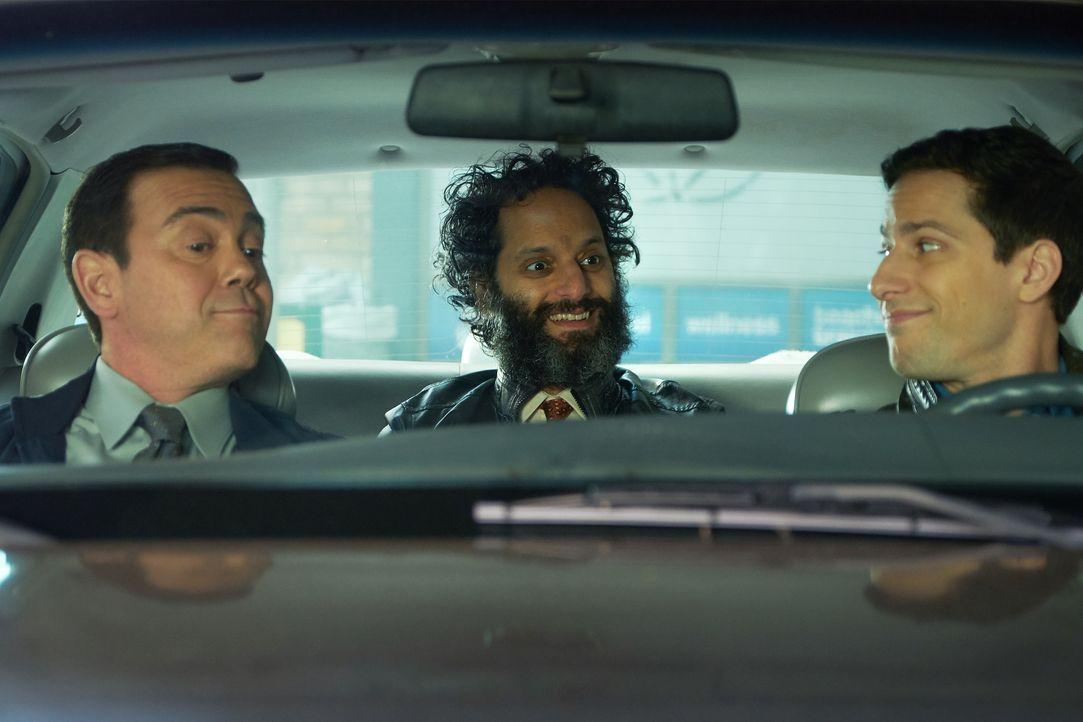 (v.l.n.r.) Charles Boyle (Joe Lo Truglio); Adrian Pimento (Jason Mantzoukas); Jake Peralta (Andy Samberg) - Bildquelle: John P. Fleenor 2018 UNIVERSAL TELEVISON LLC. All rights reserved. / John P. Fleenor