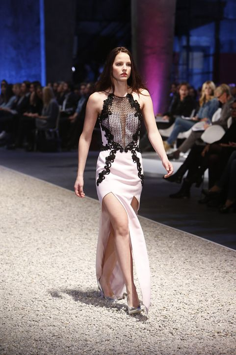 GNTM-Stf10-Epi03-Fashionshow-63-ProSieben-Richard-Huebner - Bildquelle: ProSieben/Richard Huebner
