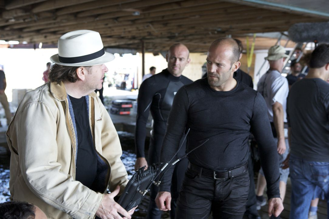 Am Set: Regisseur Simon West, l. und Hauptdarsteller Jason Statham, r. - Bildquelle: 2010 SCARED PRODUCTIONS, INC.