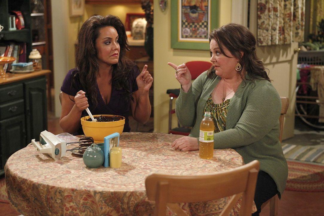 Sind sich sicher, dass Vince ihre Mutter betrügt: Molly (Melissa McCarthy, r.) und Victoria (Katy Mixon, l.) ... - Bildquelle: 2010 CBS Broadcasting Inc. All Rights Reserved.