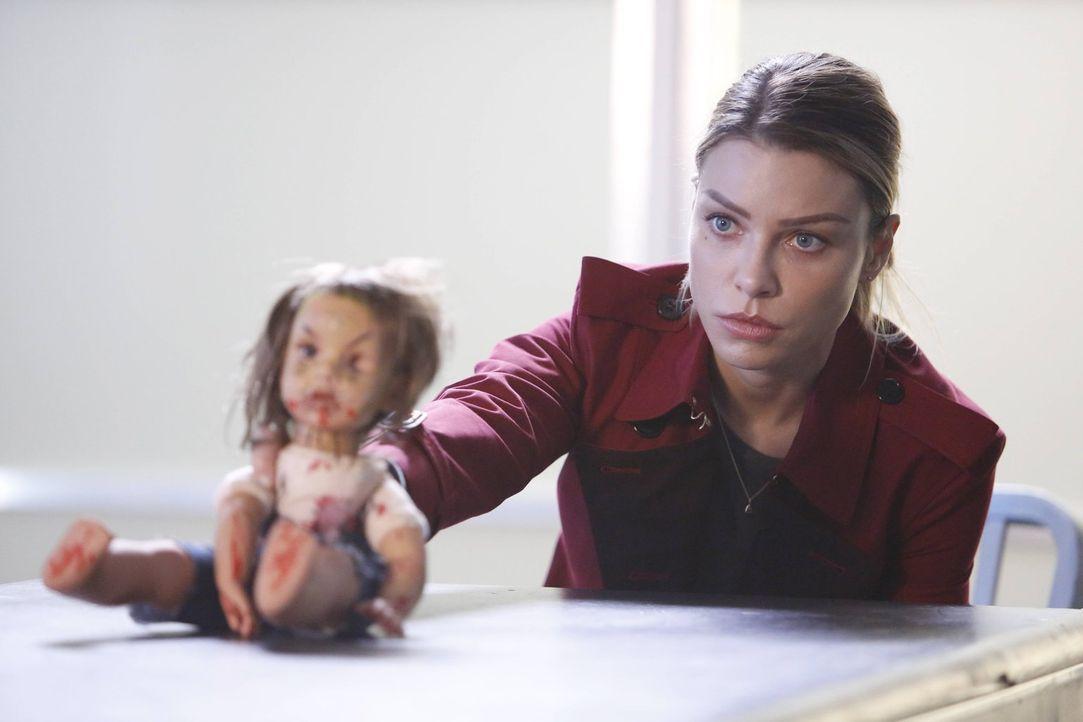 Als hätte Chloe (Lauren German) nicht schon genug Arbeit, macht ihr eine verunstaltete Puppe ihrer Tochter noch zusätzlich Sorgen ... - Bildquelle: 2016 Warner Brothers