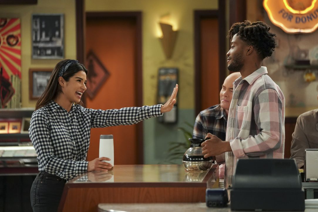 (v.l.n.r.) Sofia (Diane Guerrero); Tush (David Koechner); Franco (Jermaine Fowler) - Bildquelle: Ron Jaffe 2018 CBS Broadcasting, Inc. All Rights Reserved. / Ron Jaffe